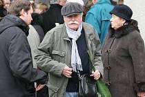Poslední rozloučení s výtvarníkem Oldřichem Kulhánkem. Na snímku kamarád,malíř Adolf Born.