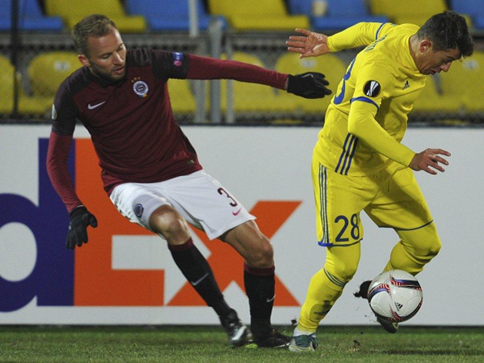 Michal Kadlec ze Sparty (vlevo) proti Rostovu.