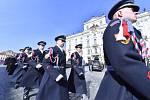 Pohřeb kardinála Miloslava Vlka. Příslušníci hradní stráže přicházejí na Pražský hrad.