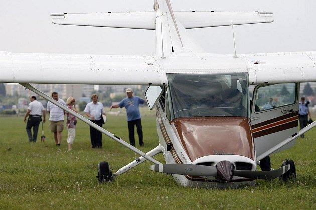 Čtyři zraněné si vyžádal pád malého letadla typu Cesna na letiště v Praze-Letňanech.
