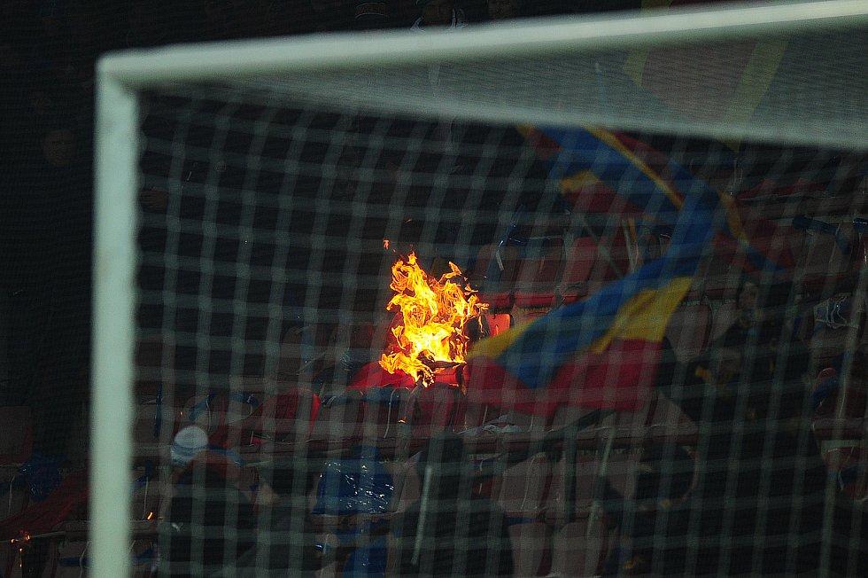 Fotbalové utkání HET ligy mezi celky AC Sparta Praha a SK Slavia Praha 17. března v Praze. Sparťanští fanoušci si podpálili sedadla.