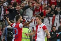 Fotbalisté Slavie Josef Hušbauer (vlevo) a Tomáš Necid se radují z gólu proti Slavii.