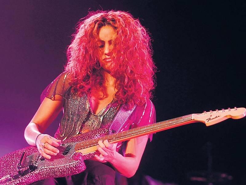 Zpěvačka a kytaristka Shakira.