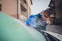 Ranní čištění zamrzlých oken - neoblíbená činnost každého řidiče.