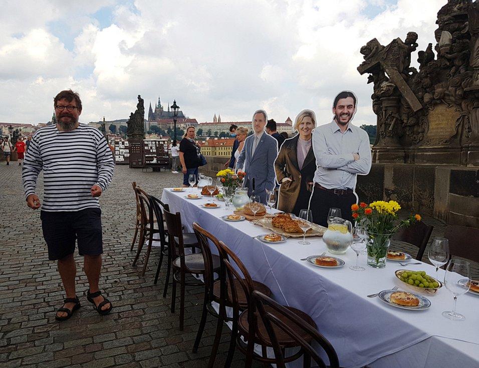 Stůl přes Karlův most.