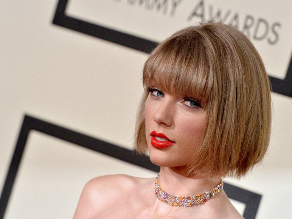Album americké zpěvačky Taylor Swiftové nazvané 1989 získalo na pondělním ceremoniálu v Los Angeles hudební cenu Grammy za nejlepší album roku.