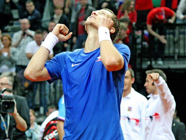 Tomáš Berdych se raduje v Davis Cupu z vítězství nad Srbskem.