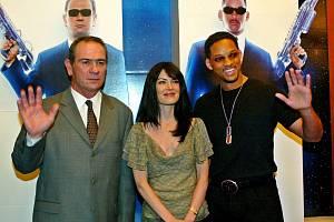 Men in black. Na premiéře druhého filmu Muži v černém se svými hereckými partnery Larou Flynn Boyle a Willem Smithem daleko v Asii v Jižní Koreji v roce 2002.