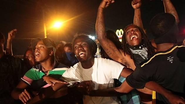 Předměstí Ferguson se už více než týden potýká s násilnými demonstracemi, které vyvolalo zastřelení mladého černocha Michaela Browna policistou.