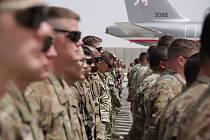 Nástup vojáků v Afghánistánu před vojenským speciálem.