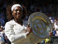 Serena Williamsová s trofejí pro vítězku Wimbledonu.