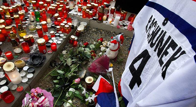 Po tragické nehodě, při které zahynul ve středu 7. září hokejista Karel rachůnek, si fanoušci během celého čtvrtka 8.září scházeli u zimního stadionu, aby si zapálením svíček připoměli jeho působení ve Zlíně.