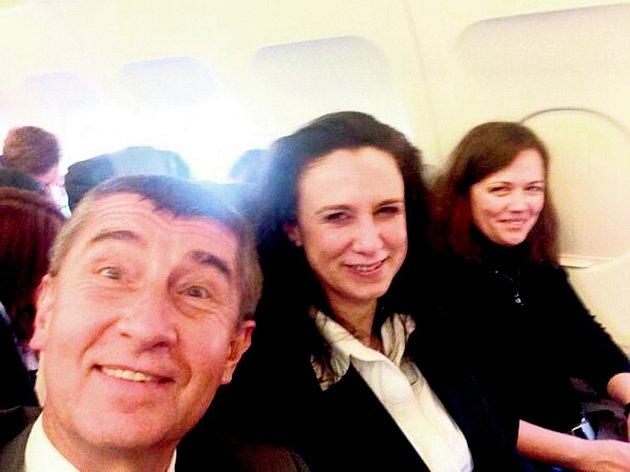 Ministr financí Andrej Babiš včera pořídil telefonem vlastní fotku (takzvané selfie) cestou do Bruselu, kam letěl turistickou třídou. Uprostřed jeho náměstkyně Simona Hornochová. Jedná z mála, která nedělala pro Agrofert.