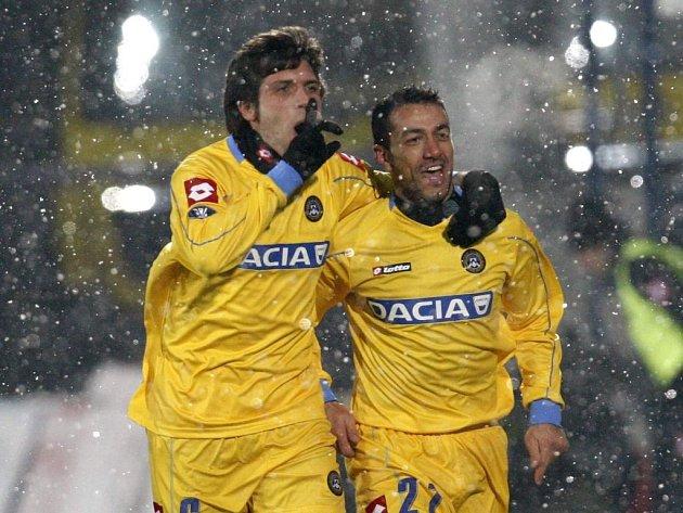 Fabio Quagliarella (vpravo) a Maurizio Domizzi z Udinese slaví vedení svého týmu v Poznani.