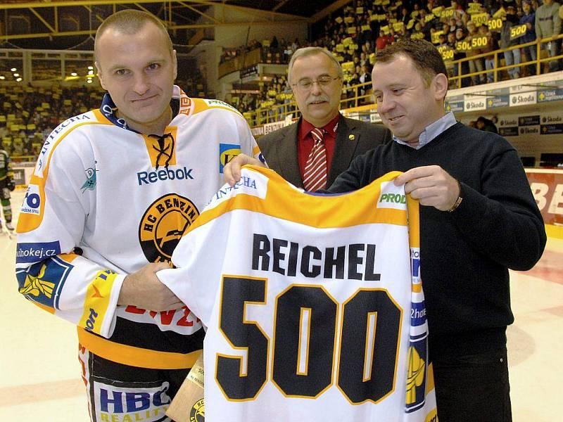 Litvínovská ikona Robert Reichel odehrál proti Varům své 500. utkání v nejvyšší hokejové soutěži Československa a Česka. Michal Trávníček.