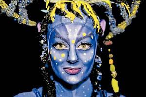 ŠAMANKA. Priscilia Le Foll ve svém avatarském make-upu v představení Cirque du Soleil Toruk The First Flight.