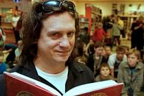 Herec Jan Potměšil čte dětem.