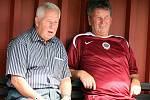 Český fotbal opustila legenda. Josef Masopust na lavičce při fotbalové exhibici (vedle Josef Pešice)