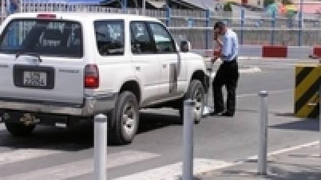 Auto OSN v centru Prištiny. Zanedlouho jej nahradí vozy s logem EU.