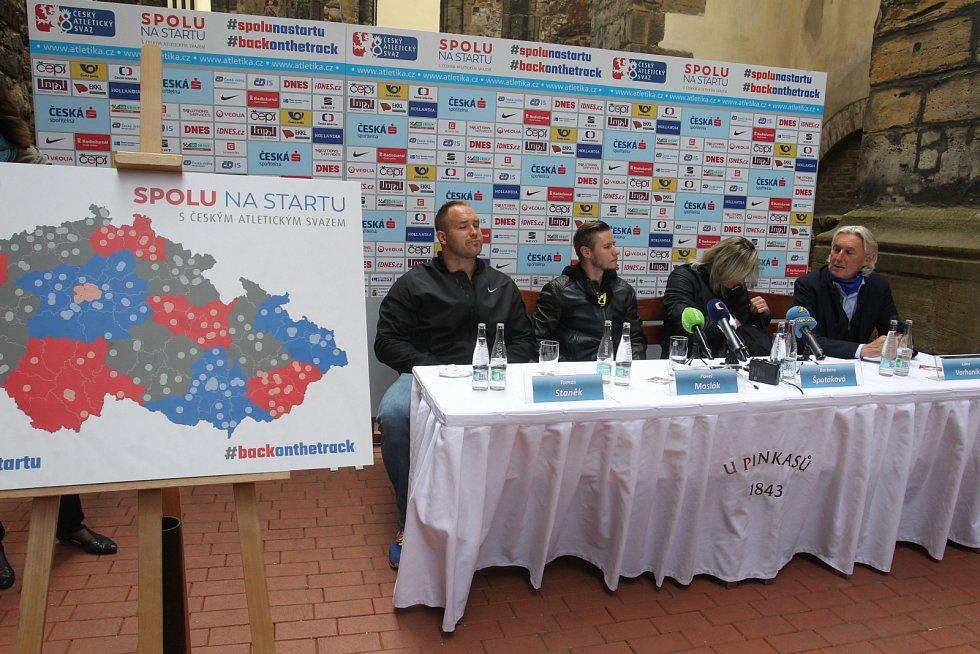 Sportovci a šéf atletického svazu na tiskové konferenci