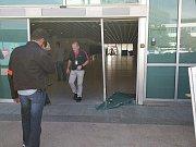 Řidič na lyonském letišti prorazil skleněnou výplň a pronikl na ranvej