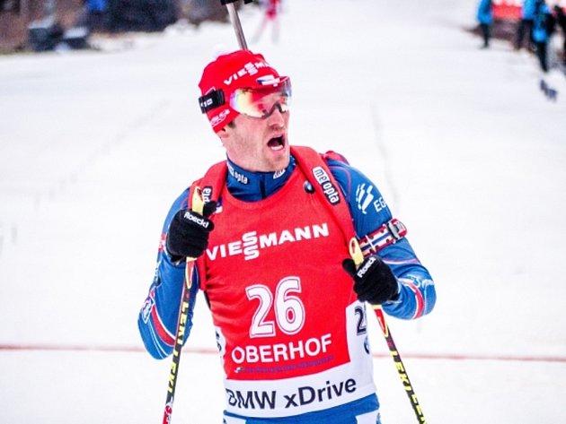 Biatlonista Michal Šlesingr v cíli v Oberhofu.