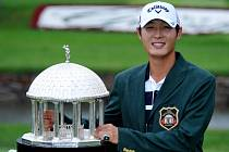 Golfista Danny Lee s trofejí pro vítěze turnaje PGA Tour Greenbrier Classic.