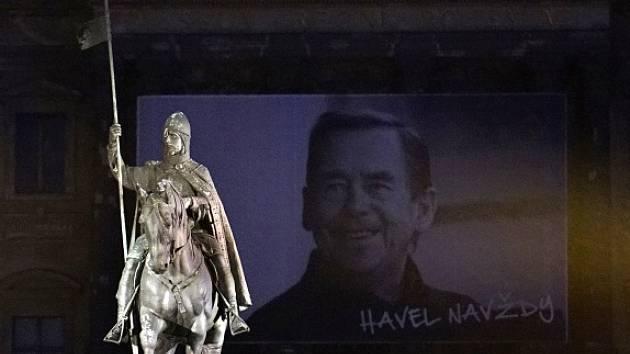 Obří fotografie bývalého prezidenta Václava Havla na budově Národního muzea.