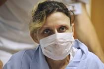 Tisící transplantaci jater provedli 13. srpna lékaři v Institutu klinické a experimentální medicíny (IKEM). Pacientkou je šestačtyřicetiletá žena (na snímku z tiskové konference uspořádané 20. srpna), která s novými játry dostala i novou ledvinu.