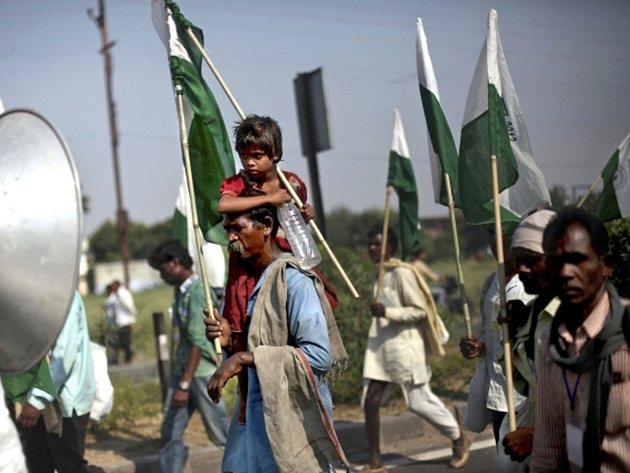 Desítky tisíc chudých Indů se dnes vydaly na 350 kilometrů dlouhý pochod do metropole Dillí na protest proti nerovnoprávnostem, kvůli nimž se některé skupiny obyvatelstva nemohou účastnit ekonomického rozvoje země. Pochod má trvat 26 dní.