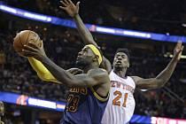 LeBron James z Clevelandu (vlevo) se prosazuje proti Knicks.