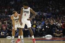 Basketbalisté LA Clippers DeAndre Jordan (vpravo) a Blake Griffin.