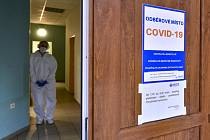 Zdravotnice na odběrovém místě pro testování na nemoc covid-19