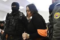 Stráž přivádí obviněnou Alenu Zsuzsovou do jednací síně specializovaného trestního soudu v Pezinku, kde 13. ledna 2020 začalo za přísných bezpečnostních opatření hlavní líčení se čtveřicí obviněných v případu vraždy novináře Jána Kuciaka a jeho partnerky.