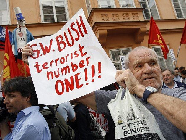 Před Americkým velvyslanectvím v Praze se uskutečnila dne 4. června demonstrace proti návštěvě amerického prezidenta George Bushe a proti umístění radarové části protiraketové základny USA na českém území.