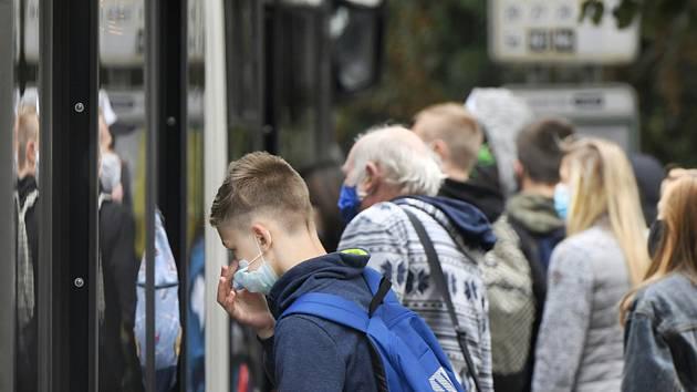 Cestující v MHD s rouškami. Ilustrační snímek