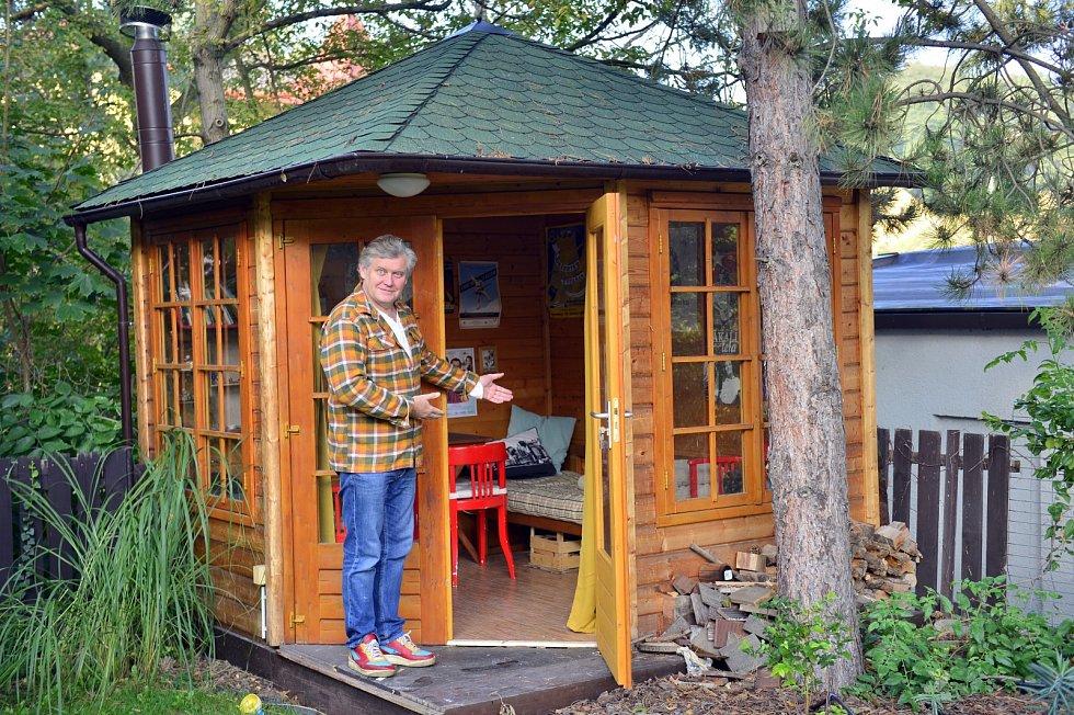 Miroslav Hanuš má na zahradě chatičku, kterou dostal k pětapadesátinám.
