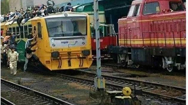 Jeden z nejznámějších českých hoaxů, který se v sociálních sítích vrací opakovaně. Fotka údajně zachycuje uprchlíky, kteří v Chebu obléhají vlak. Jde o fotomontáž, kde byli ke snímku vlaku doklíčováni lidé.