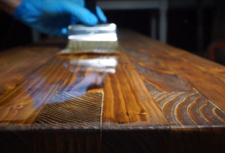 Lavičku se hodí namořit (například olejovou lazurou, odstín vašeho gusta) a ještě ji pak můžete dát voděodolný bezbarvý nátěr, který nepozmění barvu původního namoření.