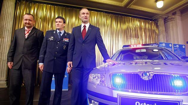 Ministr vnitra Ivan Langer (vpravo) a policejní prezident Oldřich Martinů (druhý zleva) představili nové policejní vozidlo značky Škoda.