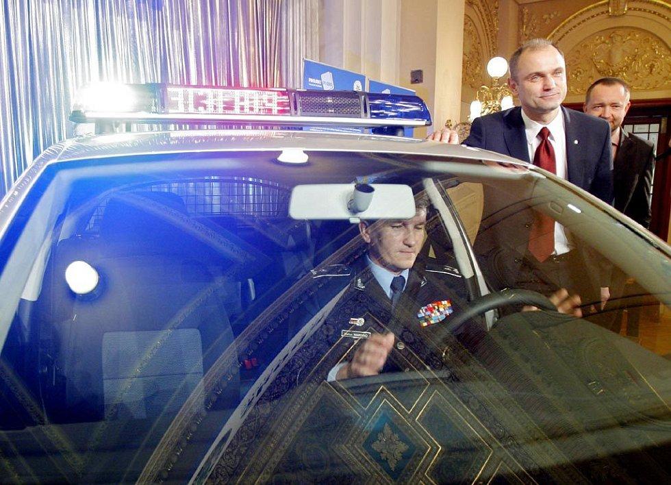 Ministr vnitra Ivan Langer a policejní prezident Oldřich Martinů představili nové policejní vozidlo značky Škoda.