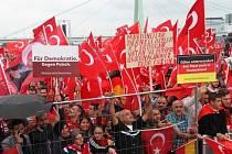 V napjaté situaci a za dohledu tisíců policistů začala v Kolíně demonstrace na podporu tureckého prezidenta Recepa Erdogana.