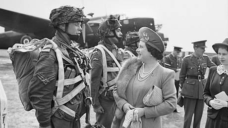 Královna Alžběta v rozhovoru s výsadkářem během přípravy vylodění v Normandii. Wikimedia Commons