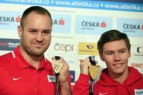 Koulař Tomáš Staněk (vlevo) s bronzovou medailí a sprinter Pavel Maslák se zlatou medailí 5. března 2018 po jejich příletu do Prahy z halového mistrovství světa v atletice v Birminghamu.