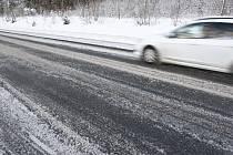 Náledí a sníh na silnici - Ilustrační foto