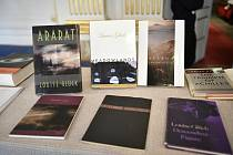 Knihy americké básnířky Louisy Glückové.