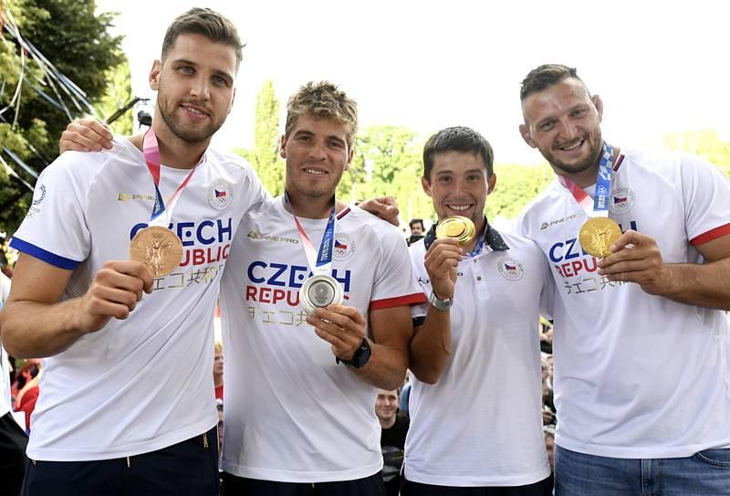 Zlevašermíř Alexander Choupenitch, kanoista Lukáš Rohan, vodní slalomář Jiří Prskavec a judista Lukáš Krpálek ukazují své medaile.