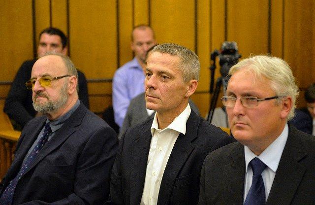 Rudolf Doucha, Pavel Kuta a Jan Škurek (zleva) na lavici obžalovaných.