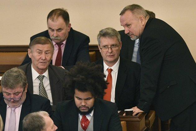 Stanislav Grospič (sčervenou kravatou), mezi kolegy Kováčikem a Grebeníčkem