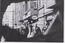 Dvojitý agent Paul Thümmel, pracující pro československou i německou rozvědku, na setkání s českými agenty Tauerem a Frankem v srpnu 1938 v ulici Čsl. armády v pražských Dejvicích